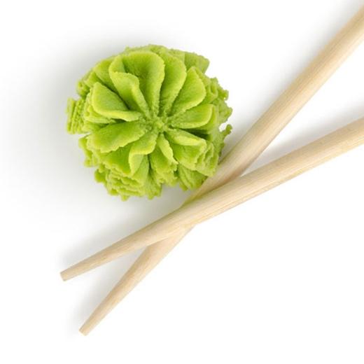 Những loại wasabi chúng ta hay sử dụngkhông phải là wasabi nguyên chất mà là gia vị pha tạo từcây cải hăng, bột mù tạtvà màu xanh thực phẩm.