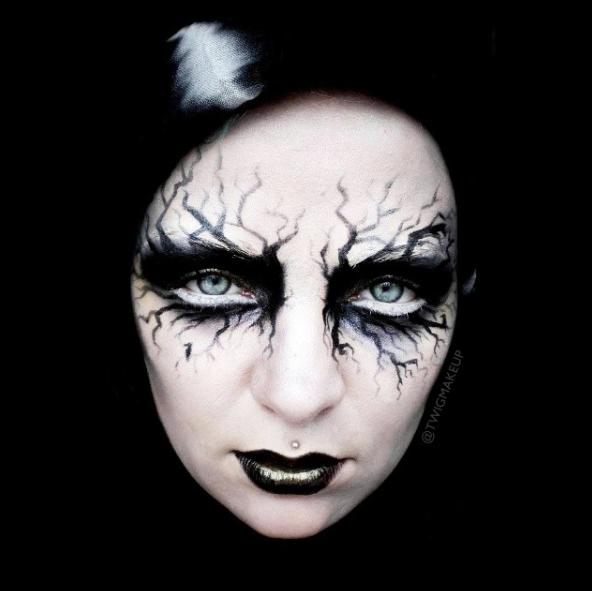 Bằng cách thể hiện các bóng cây ma quái, khuôn mặt bạn trông đáng sợ hơn bao giờ hết.