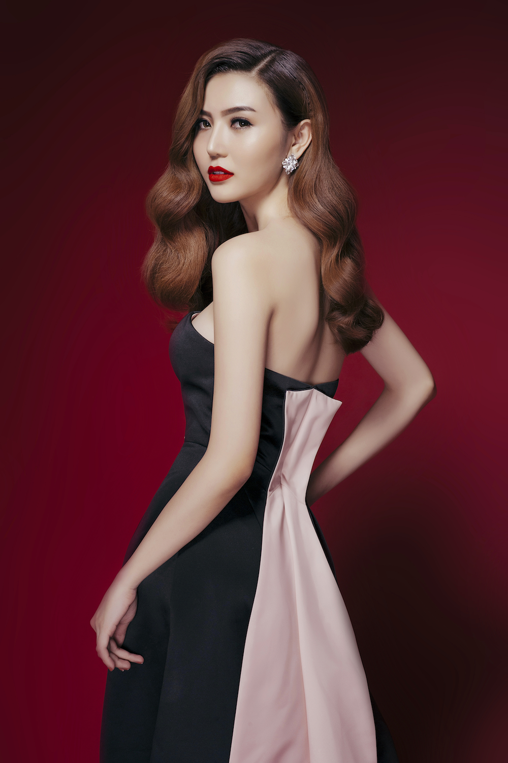 Bộ váy thứ ba của Ngọc Duyên lấy sắc đen huyền bí làm chủ đạo, thiết kế đơn giản nhưng được cắt, xẻ táo bạo lại càng làm thêm sự gợi cảm.