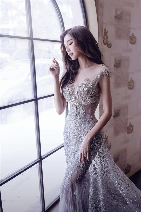 """Elly Trần diện """"váy Lọ Lem"""" khoe đường cong quyến rũ"""