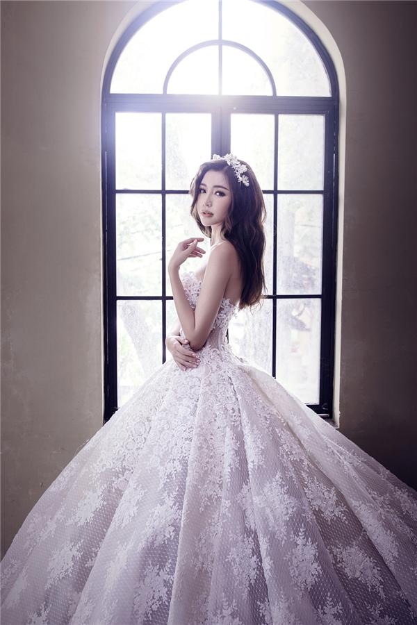 Hình ảnh nàng Lọ Lem trong truyện cổ được Elly Trần tái hiện qua phom váy xòe điệu đà với sắc trắng tinh khôi nhẹ nhàng.