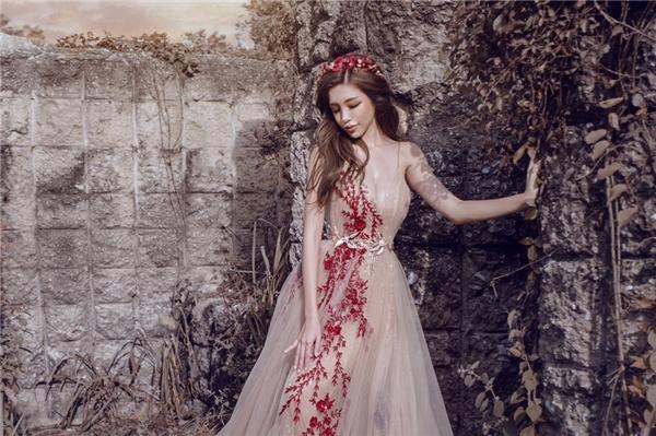 Kiểu váy này biến Elly Trần thở thành nữ thần với vẻ đẹp trong trẻo tựa một nhành hoa trong sương sớm.Thiết kế kết hợp tông nude đang thịnh hành cùng gam đỏ hoa hồng nổi bật, cuốn hút.