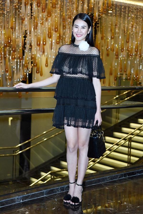 Cùng tham gia đêm tiệc này, nữ siêu mẫu Phan Hà Hương cũng mắc lỗi trang điểm tương tự khiến cô trở nên thiếu sức sống.