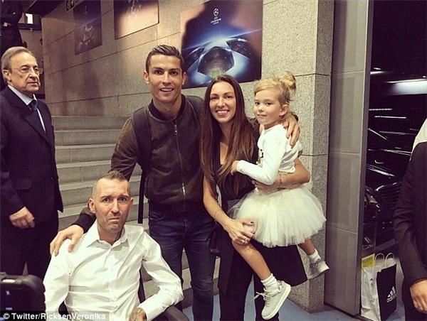 Ronaldo chụp ảnh cùng Ricksen và gia đình sau trận đấu.