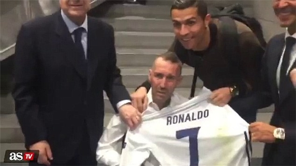 Tiền đạo 31 tuổi đã tặng Fernando Ricksen chiếc áo anh mặc trong suốt 90 phút tại Bernabeu.
