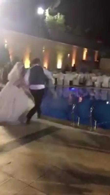 Được sự cổ vũ của khách mời, đôi trẻ quyết tâm nhảy xuống hồ bơi chào mừng đám cưới.