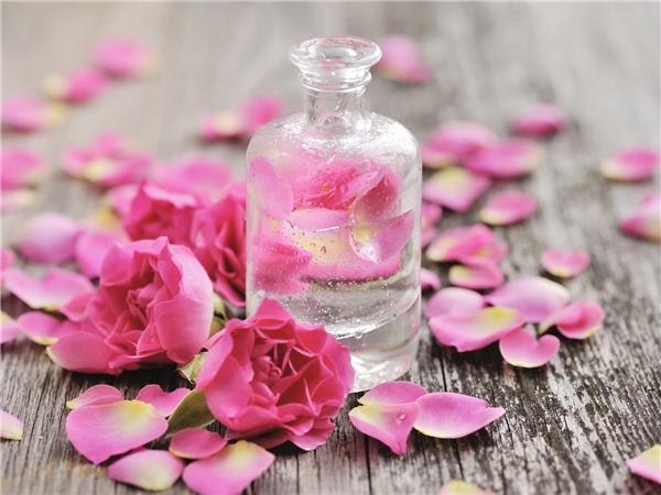 Sử dụng đúng cách sẽ giúp bạn phát huy tối đa công dụng của nước hoa hồng. (Ảnh: Internet)