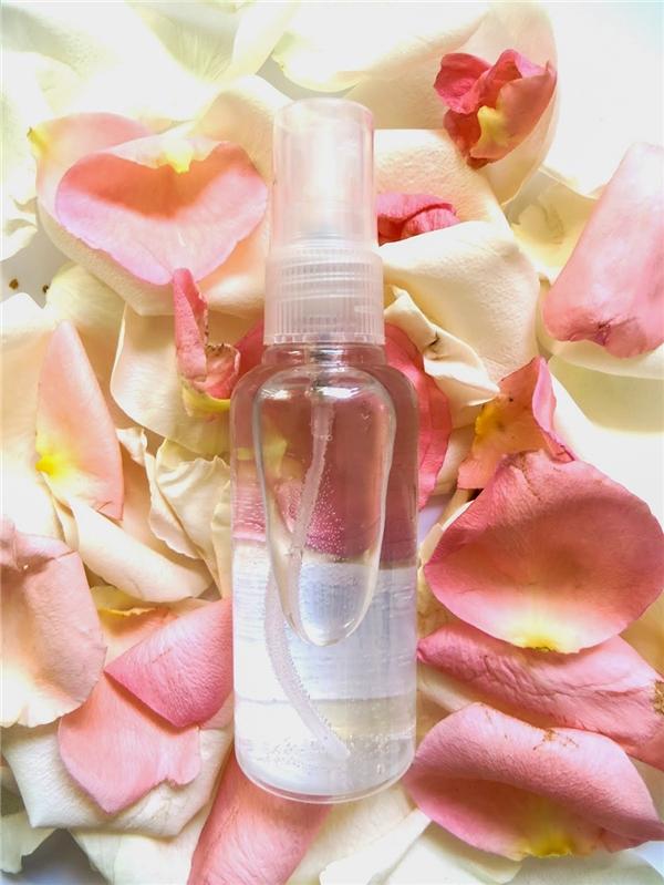 Bạn nên cho nước hoa hồng vào bình xịt nhỏ để sử dụng dễ dàng hơn. (Ảnh: Internet)