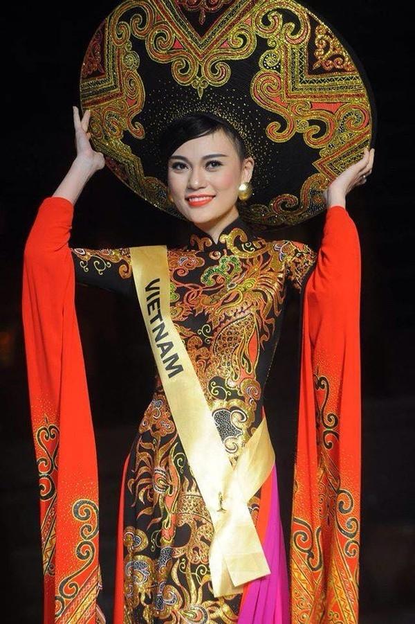 """2 năm trước, cũng tại Miss Grand International, hai tiếng Việt Nam đã được hô to cho giải thưởng Trang phục truyền thống đẹp nhất. Dù """"thi chui"""" nhưng Cao Thùy Linh cũng đã giúp Việt Nam ghi điểm tại một trong 5 đấu trường nhan sắc danh giá nhất hành tinh."""