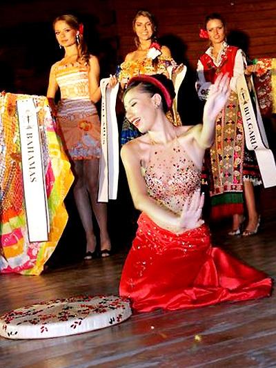 Những lần quốc phục Việt Nam tỏa sáng tại đấu trường nhan sắc thế giới