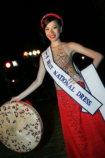 Năm 2009, dù là chiến binh đầu tiên của Việt Nam được gửi đến Hoa hậu Siêu quốc gia - Miss Supranational nhưng Chung Thục Quyên đã gây được dấu ấn mạnh mẽ nhờ sự tự tin, bản lĩnh sân khấu vững vàng. Tại đây, cô đã giành được giải thưởng Trang phục dân tộc đẹp nhất và lọt vào top 15 chung cuộc. Bộ cánh trông khá đơn giản lấy ý tưởng từ yếm đào, váy xòe truyền thống của người phụ nữ Việt Nam.