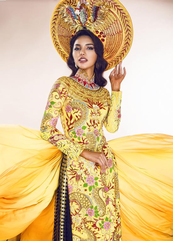 Đầu năm nay, áo dài của Khả Trang cũng lọt vào top 3 Trang phục truyền thống đẹp nhất tại Miss Eco Universe. Thiết kế lấy sắc vàng làm chủ đạo với các họa tiết rồng, phượng đậm chất cung đình.