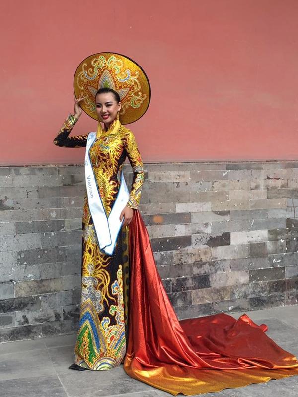 Tại Miss All Nations 2016, Lại Thanh Hương cũng xuất sắc chiến thắng phần thi trang phục truyền thống với thiết kế màu đen vàng kết hợp tà dài, rộng được nhuộm loang màu.