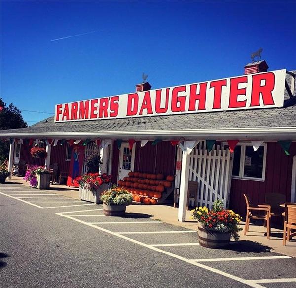 """Chính vì dân số quá thưa thớt trong khi đất đai lại quá rộng nên mới đây, một cửa hàng thực phẩm ở Whycocomagh có tên The Farmer's Daughter Country Market đã đăng tin """"tuyển"""" người dân Canada đến đây định cư và sinh sống.(Ảnh: The Farmer's Daughter Country Market)"""