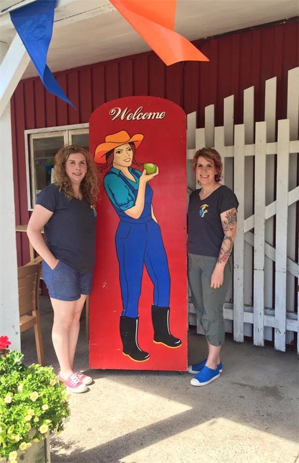 Chủ của cửa hàng này là hai chị em cô Heather Coulombe (trái) và Sandee MacLean.(Ảnh: The Farmer's Daughter Country Market)