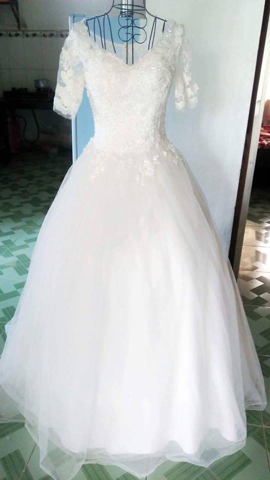 20-10 của người phụ nữ vừa mặc váy cưới vừa đeo khăn tang