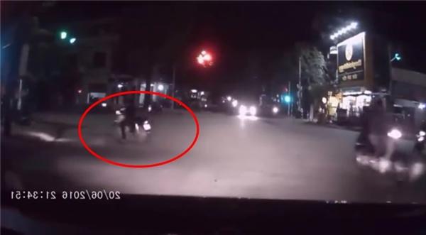 Vượt đèn đỏ, nam thanh niên khiến bạn gái ngã lăn xuống đường