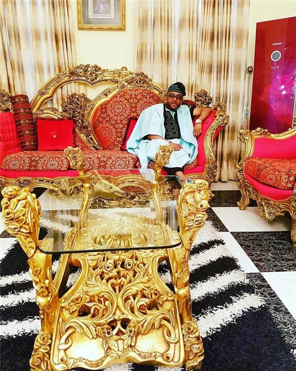 Emeka Okonkwo, có biệt danh E-money, là tỷ phú trẻ nhất của Nigeria với nguồn doanh thu đến từ bất động sản, dầu mỏ, khí ga và công ty thu âm riêng.