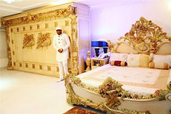 Emeka sở hữu hàng loạt tòa biệt thự ở Lagos, thành phố lớn nhất Nigeria. Mọi đồ đạc trong những tòa nhà này đều được dát vàng.