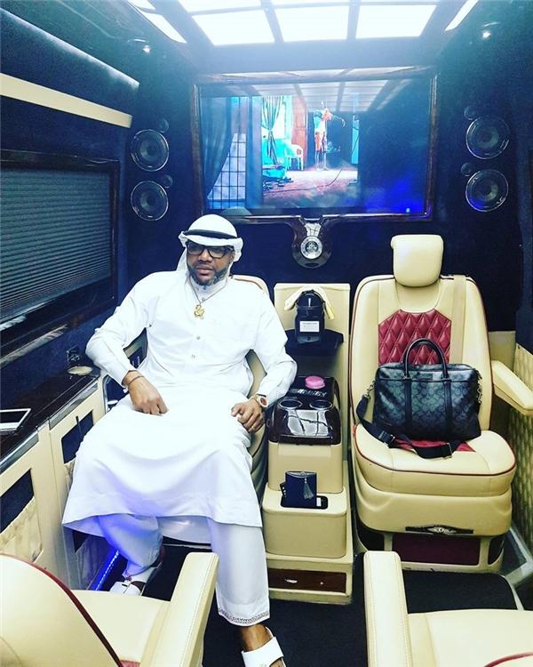 Có lần, tại đám cưới của em gái một diễn viên, Emeka mát tay phun đến 1 triệu naira Nigeria (70 triệu đồng) vào các thực khách.