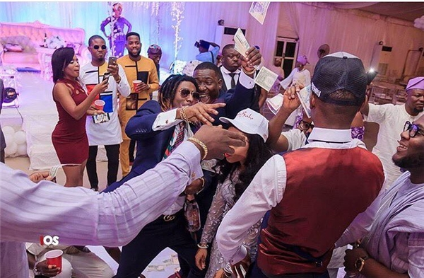 Rapper kiêm nhà thiết kế Bayo Adewalecũng là một tay ném tiền không biết tiếc tại các bữa tiệc dành cho giới nhà giàu.