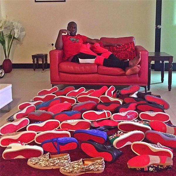 Mompha, một CEO trẻ ở Lagos, từng khoe đống giày siêu đắt tiền của Louboutinvà từng tuyên bố rằng cả thế giới đều ngả rạp dưới gót giày của anh.