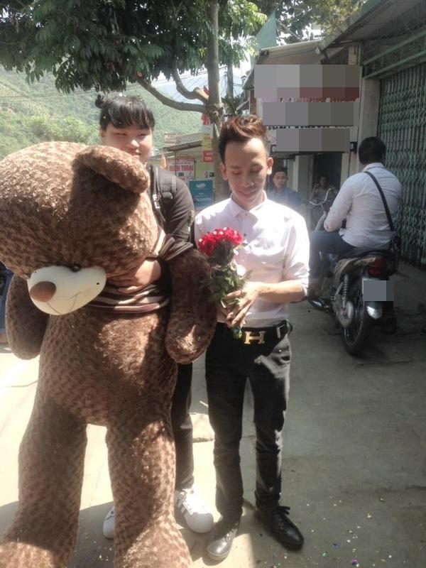 Tỏ tình bằng gấu bông 1m8, cặp đôi đũa lệch khiến dân tình phát sốt