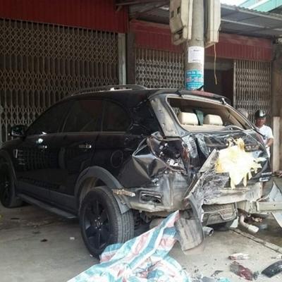 Chiếc xe ô tô 4 chỗ bị xe khách 29 chỗ do bé trai 13 tuổiđiều khiển đâm gây hư hỏng nặng phần đuôi xe.