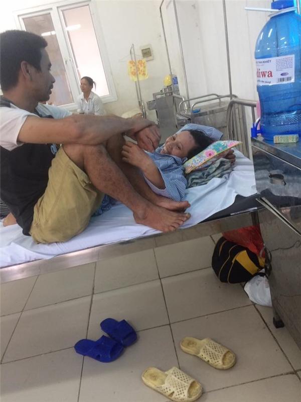 Bức hình của vợ chồng cô chú trong bệnh viện, yên bình bên nhau. (Ảnh: Internet)