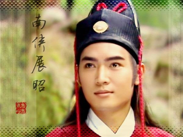 Tiêu Ân Tuấn vào vai Triển Chiêutrong phim truyền hình Thất hiệp ngũ nghĩa năm 1994 và Bao Công kỳ án năm 2003.