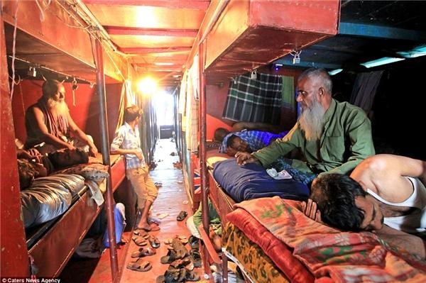 Thay vào đó, khách sẽ ngủ chung trên những chiếc giường xếp san sát nhau trong cùng một căn phòng.(Ảnh: Daily Mail)