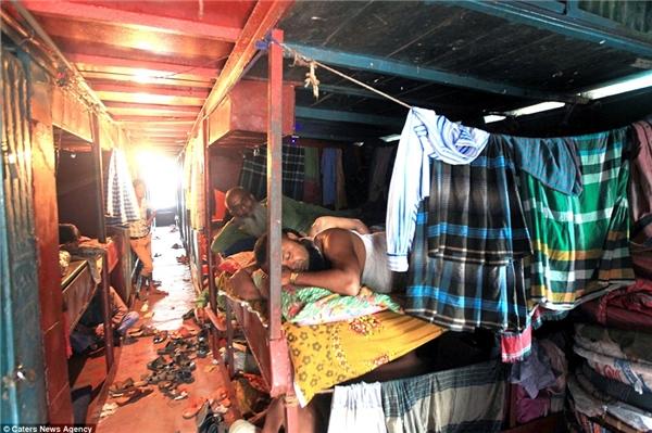 Khách sạn nổi giá rẻ không ngờ như thế này xuất hiện lần đầu tiên ở thành phố Dhaka vào những năm 50, chủ yếu là nơi ở của các thương nhân Ấn Độ giáo đến Dhaka để buôn bán theo đường sông Buriganga.(Ảnh: Daily Mail)