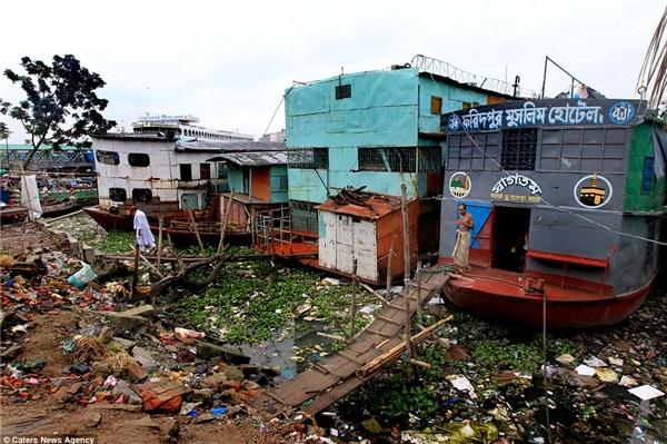 Khách sạn Faridpur nằm bên bờ sông Buriganga, được tạo nên từ năm chiếc thuyền nổi trên sông.(Ảnh: Daily Mail)