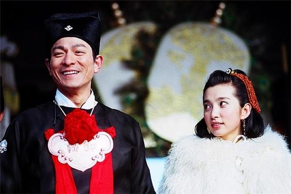Lưu Đức Hoa cũng từng thử sức với vai diễn Triển Chiêu trong phim điện ảnh hài hước Đại hiệp Triển Chiêu.