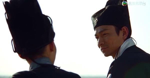 Trong phim, Triển Chiêuđi ngao du khắp chốn và có mối tình oan gia với Bạch Ngọc Đường (phiên bản nữ) do Trương Bá Chi đóng.
