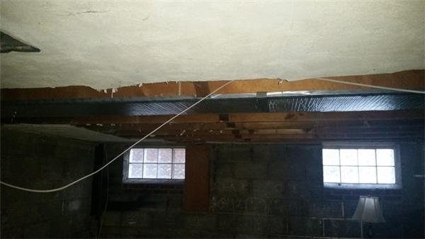 Người đàn ông này đã kéo phần trần nhà bị móc phía trên xuống.