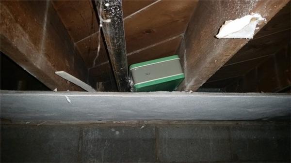 Chiếc vali được tìm thấy giấu trên trần nhà.