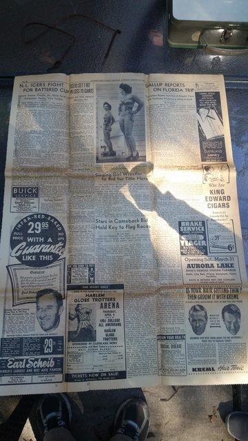 Những tờ báo đã ố màu được tìm thấy.
