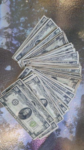 Một vài tờ tiền cũ và có vẻ hiếm hơn so với những tờ còn lại.