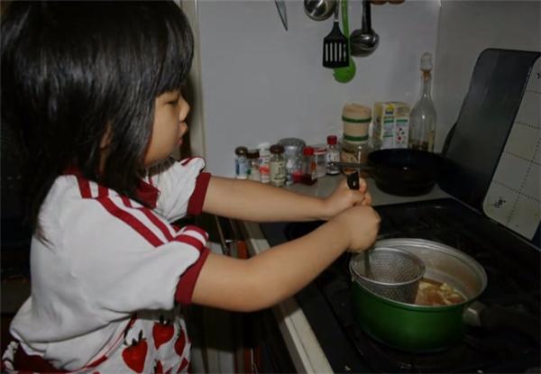 Tại một khu phố nhỏ ở tỉnh Fukuoka, Nhật Bản, đều đặn vào lúc 6 giờ sáng mỗi ngày, người dân trong phố lại trông thấy một bé gái 5 tuổi đứng bên bếp để nấu bữa sáng trong khi những đứa trẻ khác đồng trang lứa vẫn đang say ngủ.