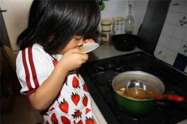 """Cùng với đó là lời nhắn nhủ rằng: """"Nấu ăn là việc rất quan trọng, nên từ bây giờ mẹ sẽ dạy con cách cầm dao, còn việc học con có thể tạm gác xuống vị trí thứ hai, vì miễn là sức khỏe của con còn tốt, nếu con biết nấu nướng cho bản thân mình thì dù sau này con có đi đâu hay làm gì đi chăng nữa, con cũng sẽ sống tốt."""""""