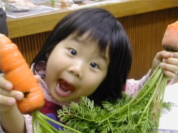 Trong ngày sinh nhật lần thứ 4 của Hana, Chieko tặng cho cô bé một chiếc tạp đề.