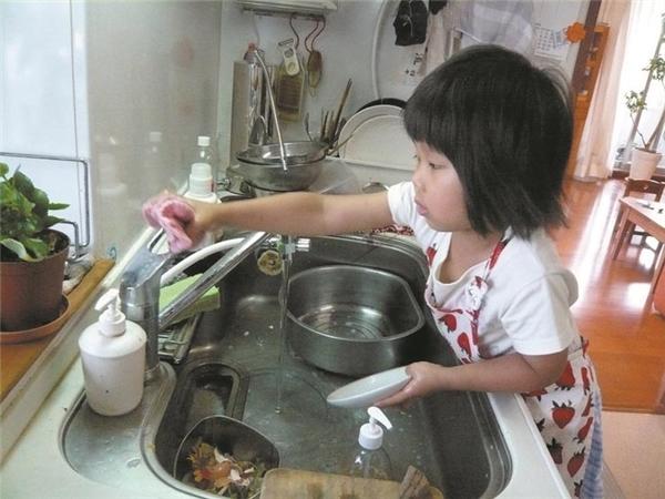 Không chỉ có nấu bữa sáng, buổi sáng của cô bé cũng vô cùng bận rộn: tắm rửa, cho chó ăn, dắt chó đi dạo, ăn sáng, đánh răng, chơi đàn piano, rồi đi học.