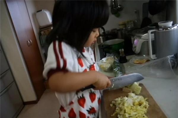 Dù thấy con vất vả và sợ hãi khi cầm dao, nhưng Chieko nhất quyết không giúp con vì cô muốn con mình phải thật mạnh mẽ và tự lập, không dựa dẫm vào bất kỳai.