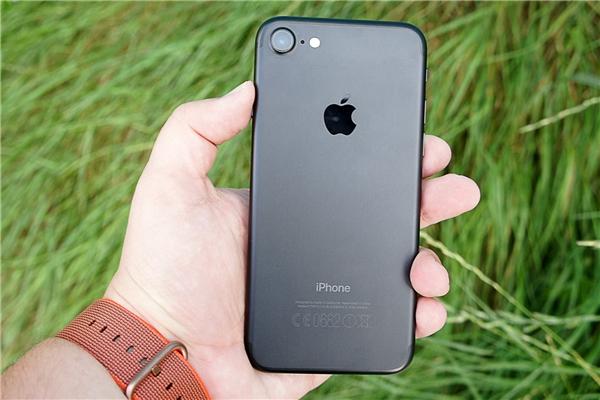 """iPhone 7 miễn phí chỉ dành cho 5 người đầu tiên dám làm trò """"quái đản"""" đổi tên thành """"iPhone Bảy""""."""