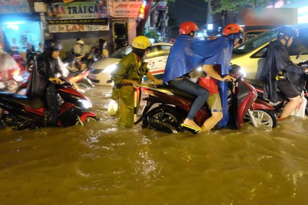 Hình ảnh đẹp của CSGT trong những ngày đường Sài Gòn biến thành... sông. (Ảnh: Internet)