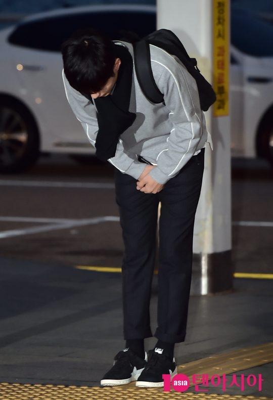 """""""Thái tử"""" Park Bo Gum """"ngố tàu"""" lên đường đi nghỉ dưỡng"""