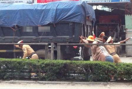 Nhóm CSGT Hải Phòng hò nhau đẩy xe tải bị chết máy. (Ảnh: Internet)