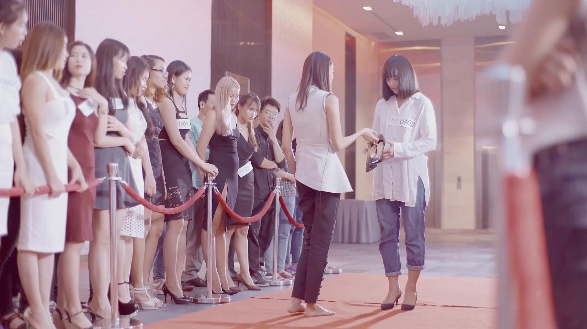 Lan Khuê khiến nhiều khán giả thích thú với phân cảnh cô đi chân trần, tháo giày cho Mai Ngô đi thi, nhằm chinh phục ước mơ người mẫu trong MV Thanh Duy. - Tin sao Viet - Tin tuc sao Viet - Scandal sao Viet - Tin tuc cua Sao - Tin cua Sao