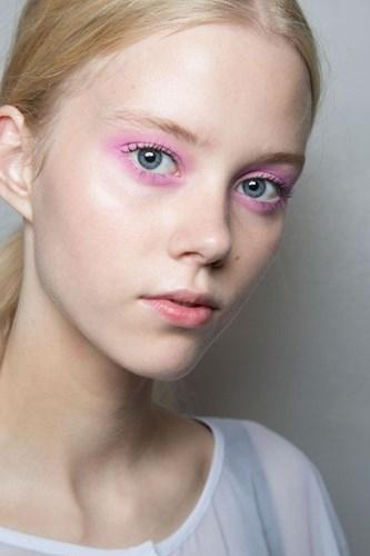 Những chuyên gia hàng đầu thế giới như: Jerem Sccott, Karl Lagerfeld đã tích cực lăng xê kiểu trang điểm này. Với đôi mắt quá nhiều màu sắc nổi bật, bạn nên chọn lớp nền trong, đơn giản để tránh tạo cảm giác nặng nề.